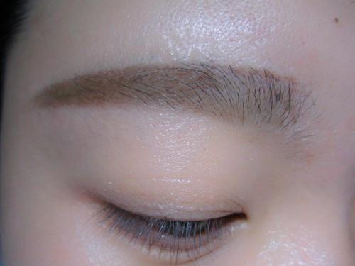 不能一味追求平眉不顾眉峰的位置,最后就会化成蜡笔小新的眉毛,如果