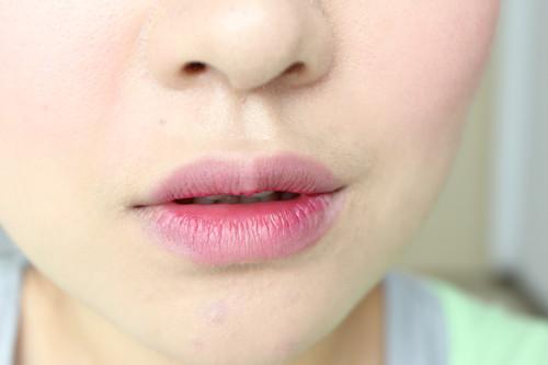 《染唇液怎么用正确使用方法步骤简单》正文       打过遮瑕的嘴巴~有