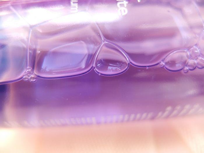 紫色瓶子,银白色的花纹和字体的颜色