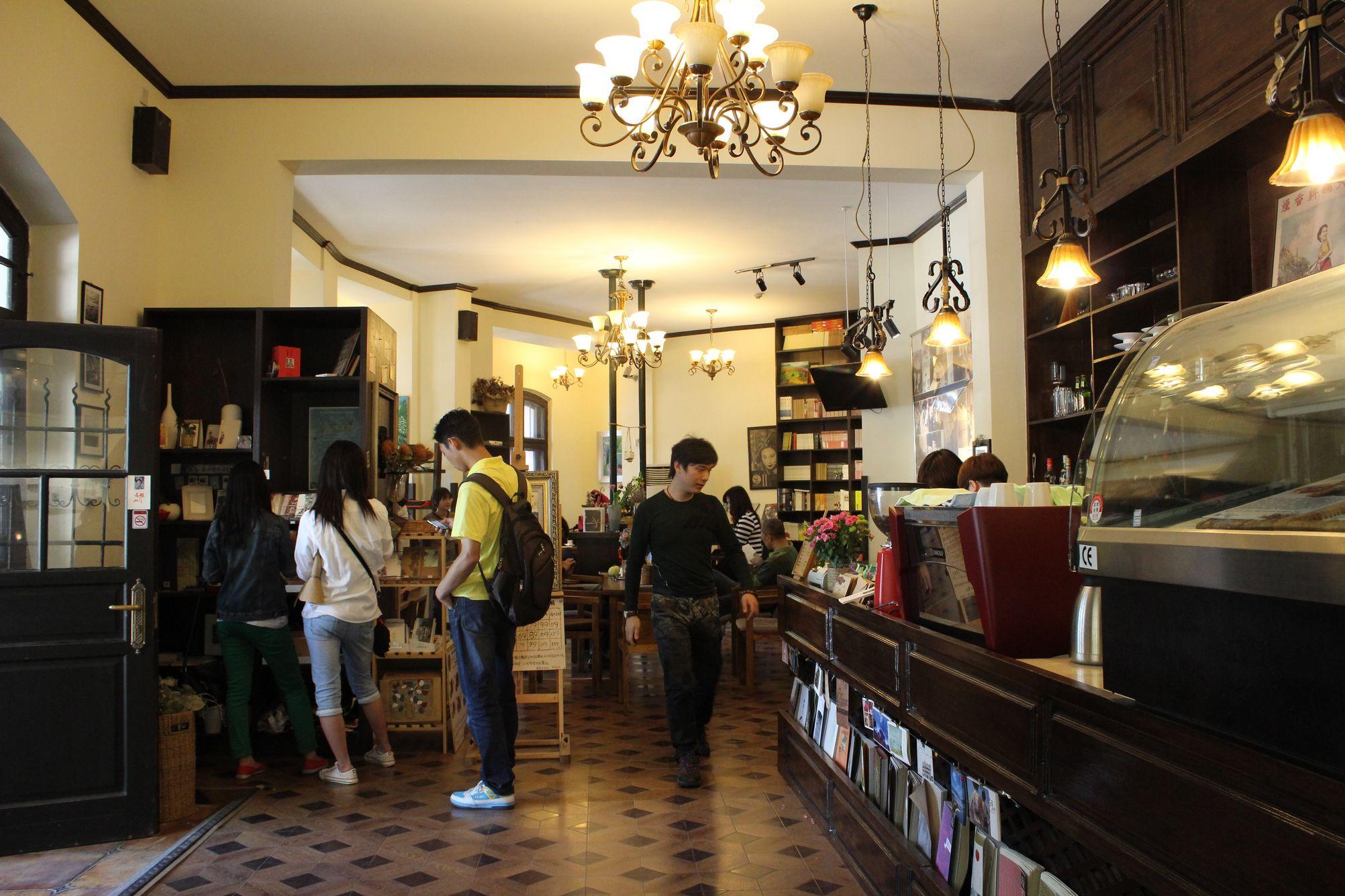 咖啡厅带有民国味,环境相当不错