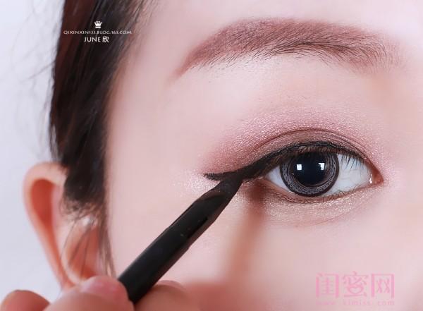 欢用眼线膏画眼线