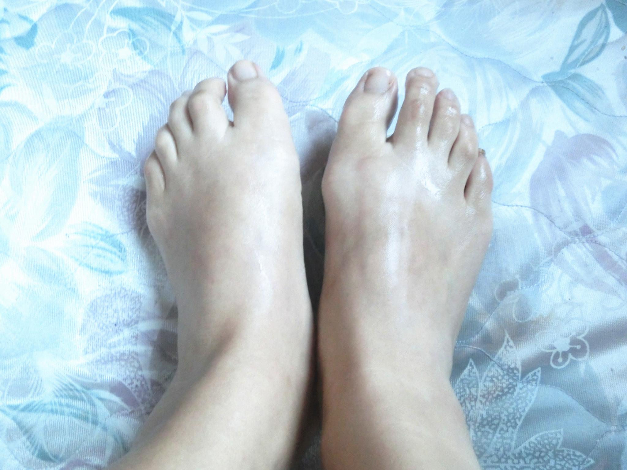 慢慢取出双足,嘻嘻看下柔嫩的小脚丫被滋润的是多么水润白皙