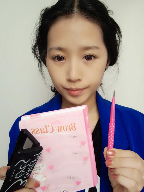 韩国可爱的大眼咬唇妆容