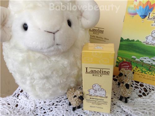 一个可爱的宝宝骑在羊背上
