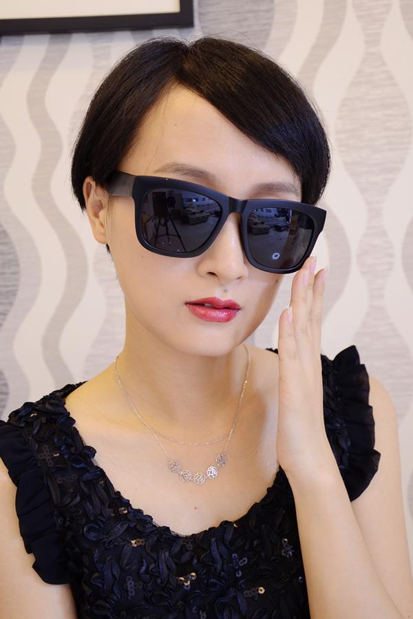 戴眼镜长发女简笔画