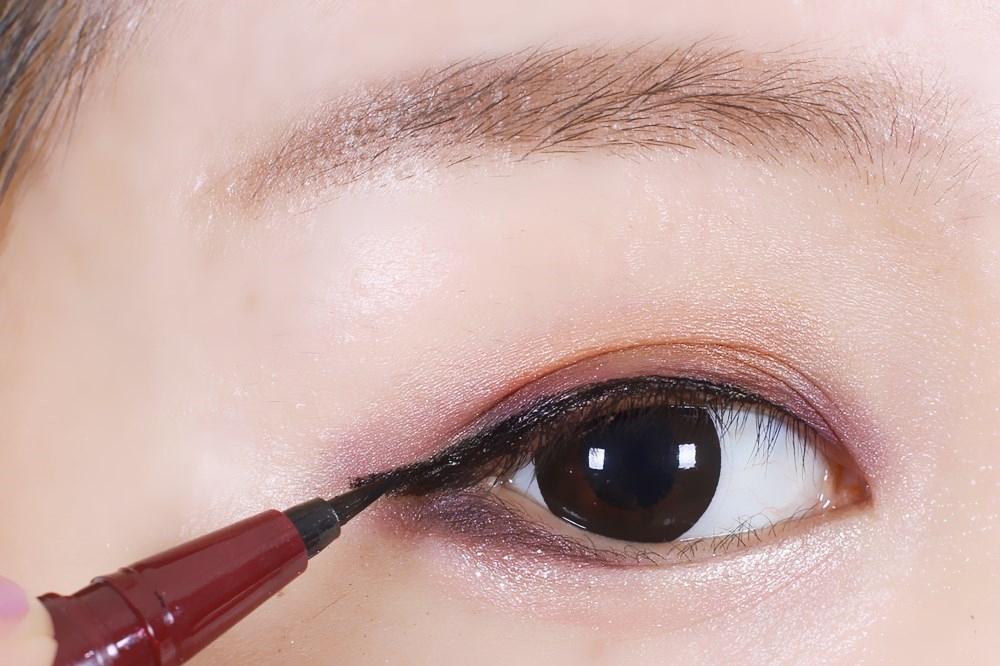 接着用kissme的眼线液笔画眼线,这个已经用了很多只了,太好用.