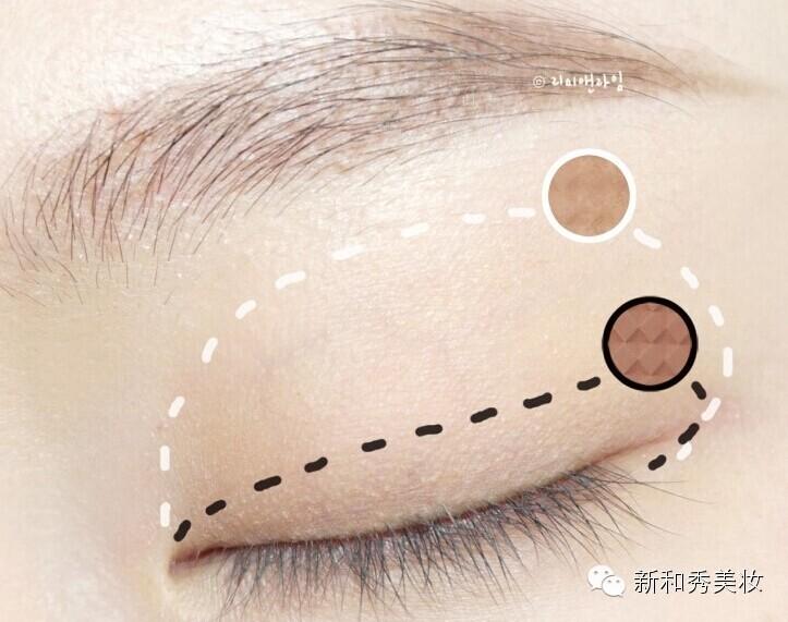 第二步在眼头和眼尾用细刷画一个小弧度