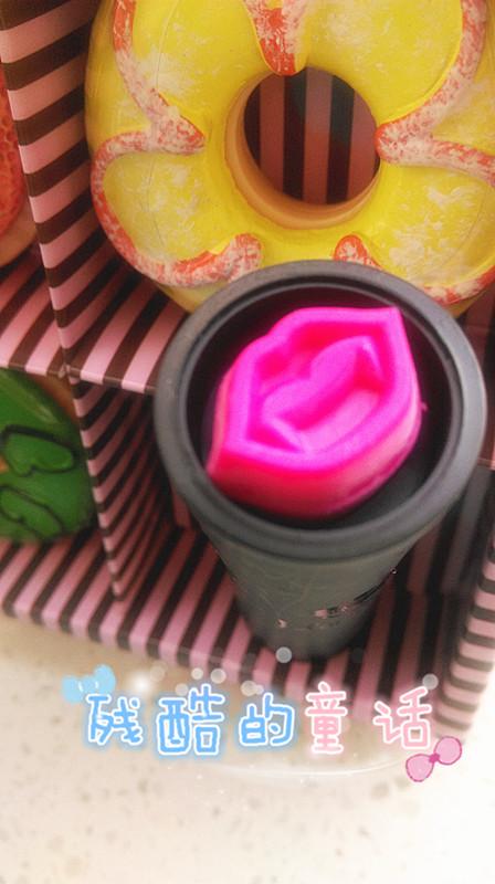 盖子顶上有一个粉色的嘴唇印章