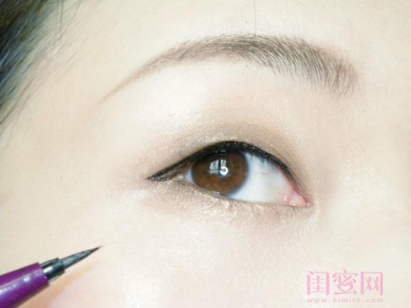 这里是下篇,主要讲眼妆、修容和唇妆。 如果大家看完仍有不明白的地方,欢迎留言咨询哦。 首先奉上素颜照和定妆照,请忽视我为了撸妆而剃的面目狰狞的眉毛~~orz  下面是用到的化妆品及工具。  Step3 眼妆(分为:眼影、眼线和睫毛) 先用1号眼影刷沾取蜜粉均匀涂抹在眼周,上下眼皮都要涂抹,这里起再次定妆的作用,可以使眼影更易上色及晕染。   眼影使用的是百搭又实用的Kate骨干重塑。 用2号眼影刷沾取kate眼影盘左边的最浅色打底,均匀涂在眼窝,并用之前定妆的1号眼影刷晕染边缘线。下眼皮也要涂抹。  用3