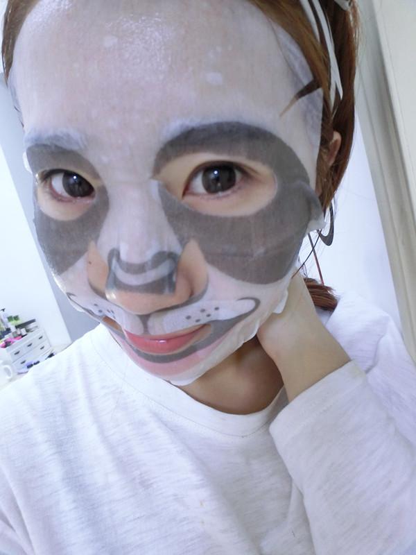 这次给大家分享的是韩国SNP动物 熊猫面膜 海豹面膜 最近韩国的SNP动物太火了,看很多明星都自己用起来了 对于护肤心痒痒的就入手了,一盒10片,30000韩币一盒 (大家可以参考) 新浪微博:@sunny夏小姐 微信:XIA494358316 最近换季大家要注意皮肤的保湿 很多妹子会过敏 脱皮之类的, 最近入手了一款韩国药妆SNP动物面膜就来跟大家分享啦 之前给大家分享过一个动物-老虎面膜的帖子地址戳给大家 :http://9night.