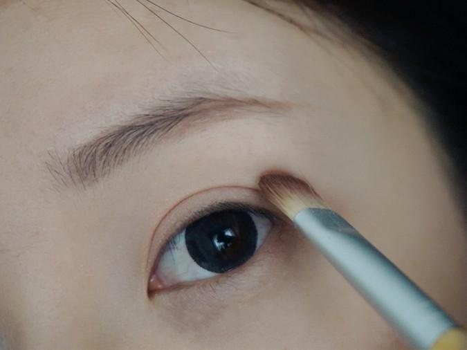 以前会担心带有防晒系数的底妆产品会比较厚重,夏天怕焖痘。这款刚好相反,挤压出来是相对较水润的质地,延展性也很强,而且速干功效棒棒哒,所以使用这款上妆记得要快速的拍拍拍,瞬间就可以达到完全贴合的自然哑光效果哦。~ 接下来说说裴智秀的清新眼妆,裸妆一定离不开大地色系的眼影,若是再搭配粉色的眼影打底,还能彰显甜美的感觉,与清新的形象相符,再用眼线笔画出眼线,定眼凝视都能感觉到双眼中所展现出的华丽光彩。我使用的canmake家的四色眼影。~