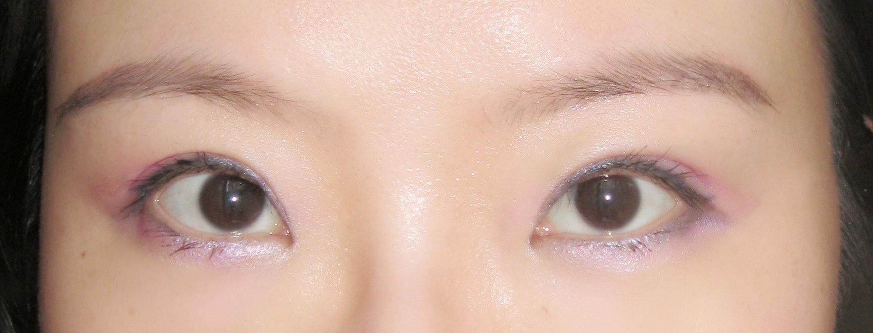 涂上睫毛膏,眉毛化成了弯弯柳叶眉,眼妆就完成了