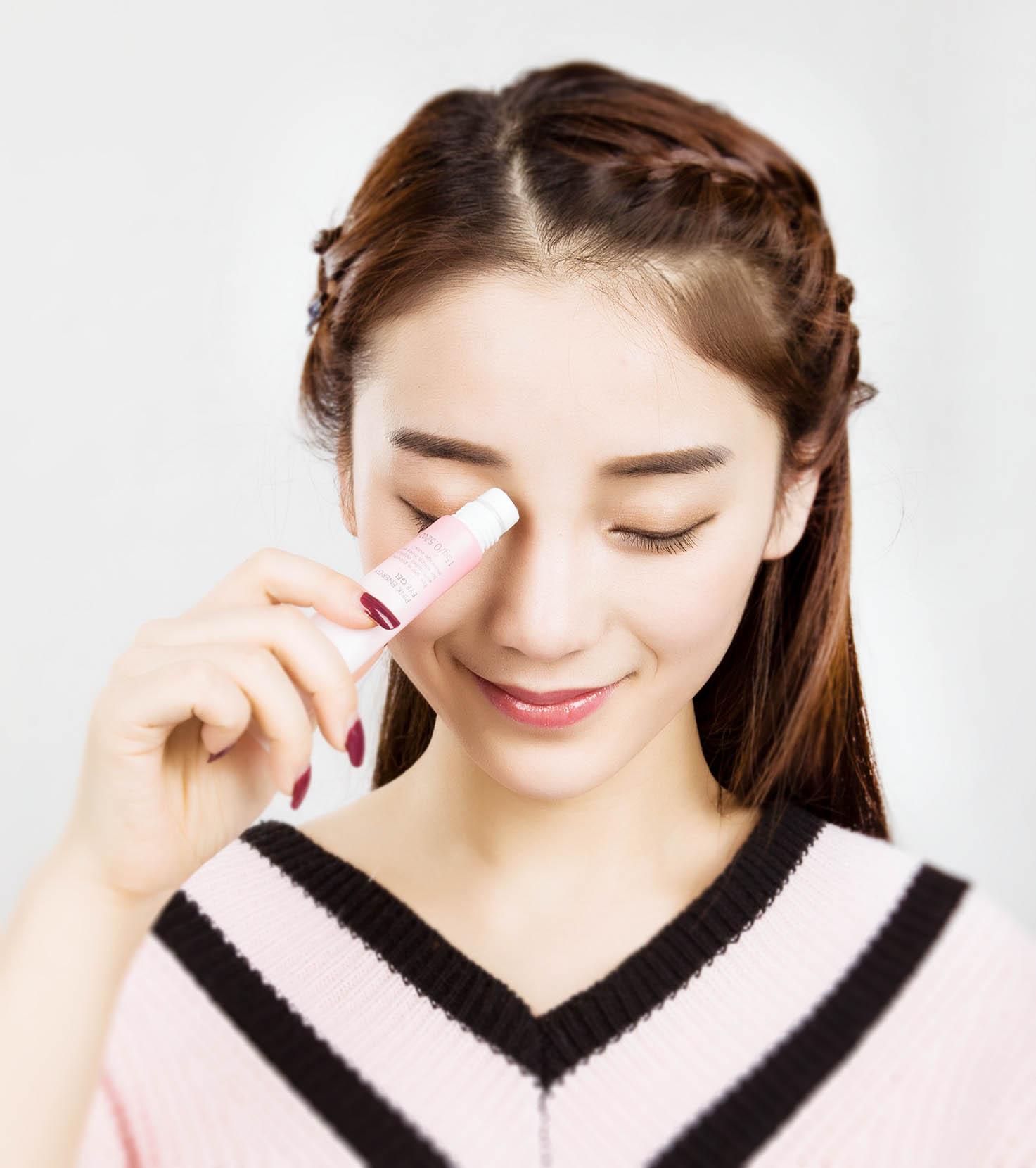 经常听到年轻的MM说我才20岁、我才23岁难道就要用眼霜吗?人的皮肤25岁后开始走下坡路,因此25岁以后再用眼霜即可。这些观点对于年轻肌肤来说真的正确吗?其实眼霜就只是一个基础护理,同面霜一样的道理,肌肤的保养是件预防大于治疗的事情,为什么要等到25岁以后眼部肌肤开始出现暗黄、肿胀、皱纹、眼袋、黑眼圈等问题,或者已经到了无可救药的情况下才开始想到做眼部护理呢?因此,年满18岁的年轻MM就应该将眼霜用起来了! 眼部肌肤构造及常见问题 那么,让我们先来了解一下眼部肌肤的构造吧:眼部是人体最薄的皮肤,