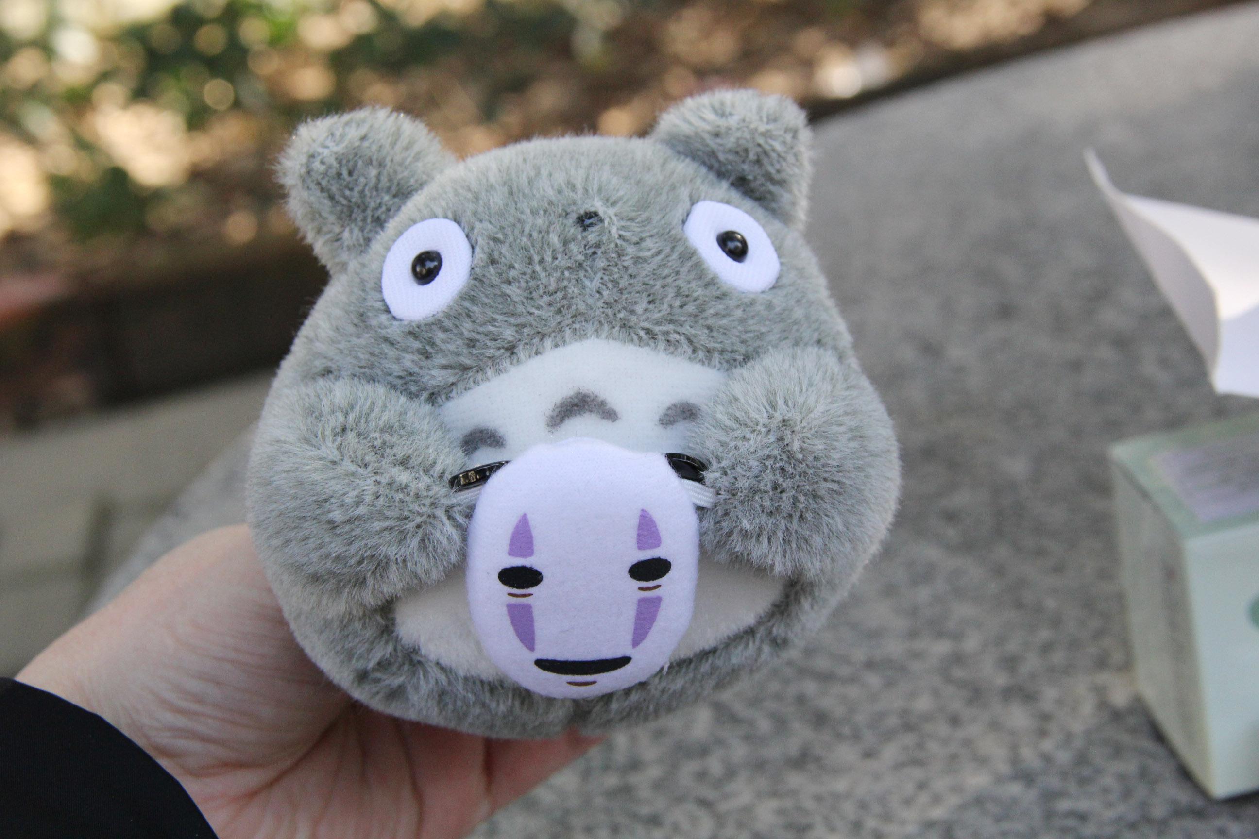 送给小朋友最可爱了,拿在手里超级萌~ 抱着鬼脸面具的小龙猫,定制版