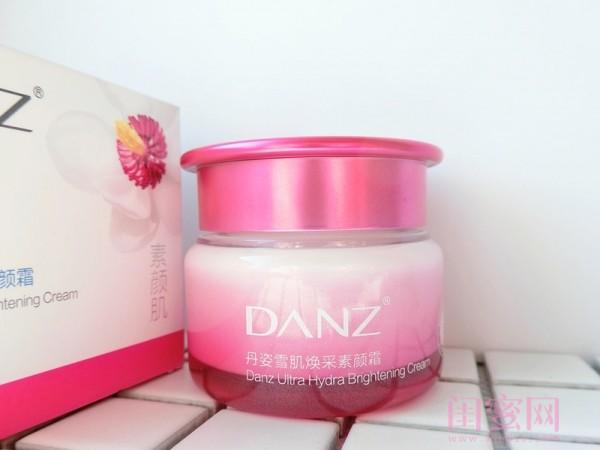丹姿雪肌焕采素颜霜,外包装是非常清新漂亮的粉色哦