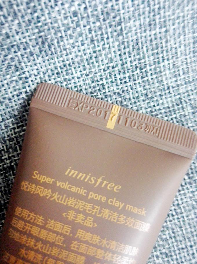 肌肤在外会面对灰尘的侵扰,如果不及时清理,很容易就会撑大或者堵塞毛孔。所以,肌肤需要定期使用清洁产品来帮助减少这些伤害。 我这次分享的是悦诗风吟济州岛火山岩泥毛孔清洁多效慕斯面膜,其新概念绵密泥浆慕斯质地拥有比毛孔更加小的细小泥浆颗粒,能够完美贴合肌肤的毛孔凹凸部分和肌肤细纹空隙,更有效的去除皮脂、老废物质、残留微尘。而且基础版新添加2倍透明质酸,能在给毛孔做深层清洁的同时拥有更高的水润使用感,也更适合干性肌肤使用。 包装:悦诗风吟这款济州岛火山岩泥毛孔清洁多效慕斯面膜整体的包装是以棕褐色为主。正面是火山