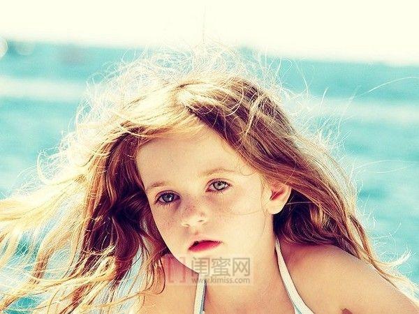 欧美孩子有着金黄色的头发,和蓝色的眼睛,笑起来像一个小天使那样治愈
